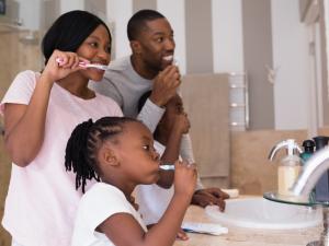 criança-escovando-dentes