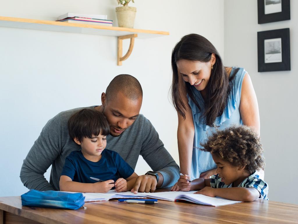 pais-e-filhos-estudando